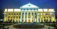 Вид на фасад мэрии города Бишкек вечером
