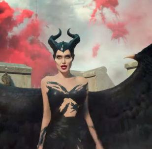 Киностудия Walt Disney Studios опубликовала на своем YouTube-канале официальный трейлер фильма про сказочную ведьму Малифесента: владычица тьмы с Анджелиной Джоли в главной роли.