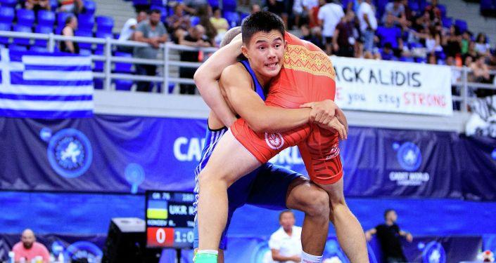 Отечественный борец Акылбек Талантбеков во время борьбы с украинцем Русланом Кониевым. 76 кг