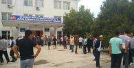 9 июля, около 150 жителей села Достук Баткенской области требовали от местных властей помочь в освобождении их односельчанина