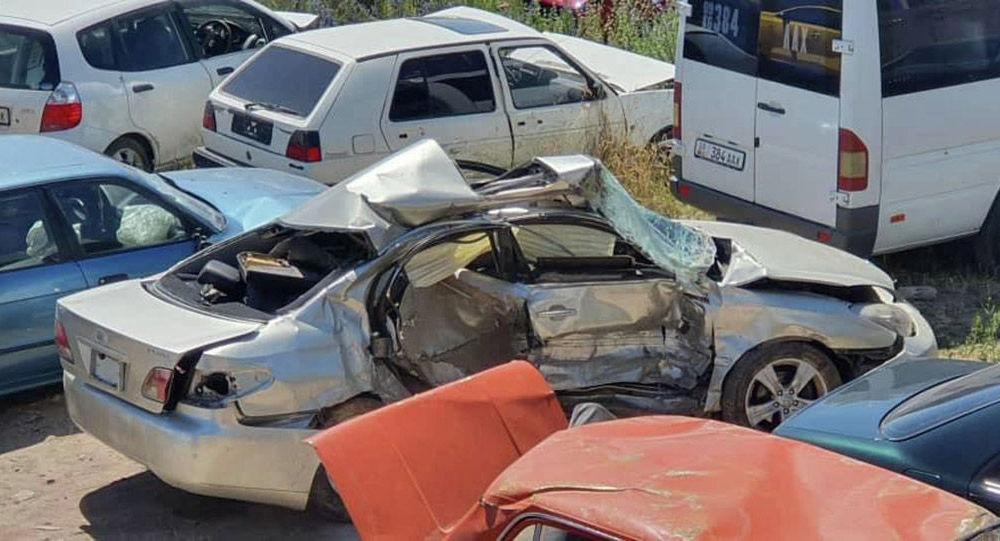Автомобиль Lexus поврежденный в ДТП на штрафстоянке в Чолпон-Ате