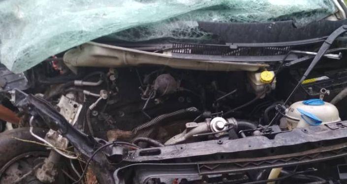 На трассе Бишкек — Ош столкнулись фура и минивэн, в результате чего скончались два человека, шестерых госпитализировали
