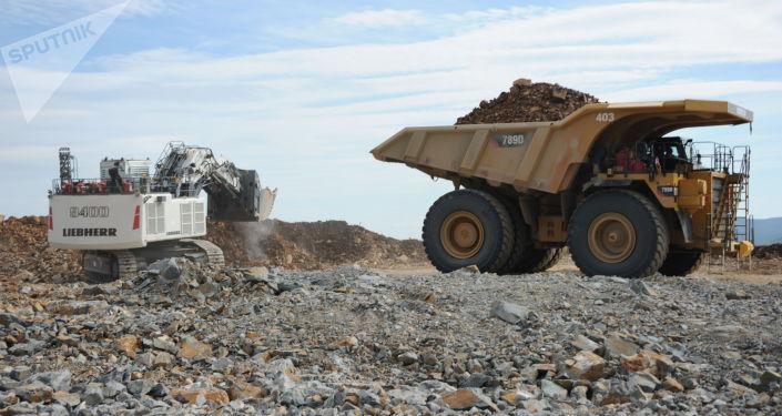 Загрузка руды в самосвал на карьере. Архивное фото