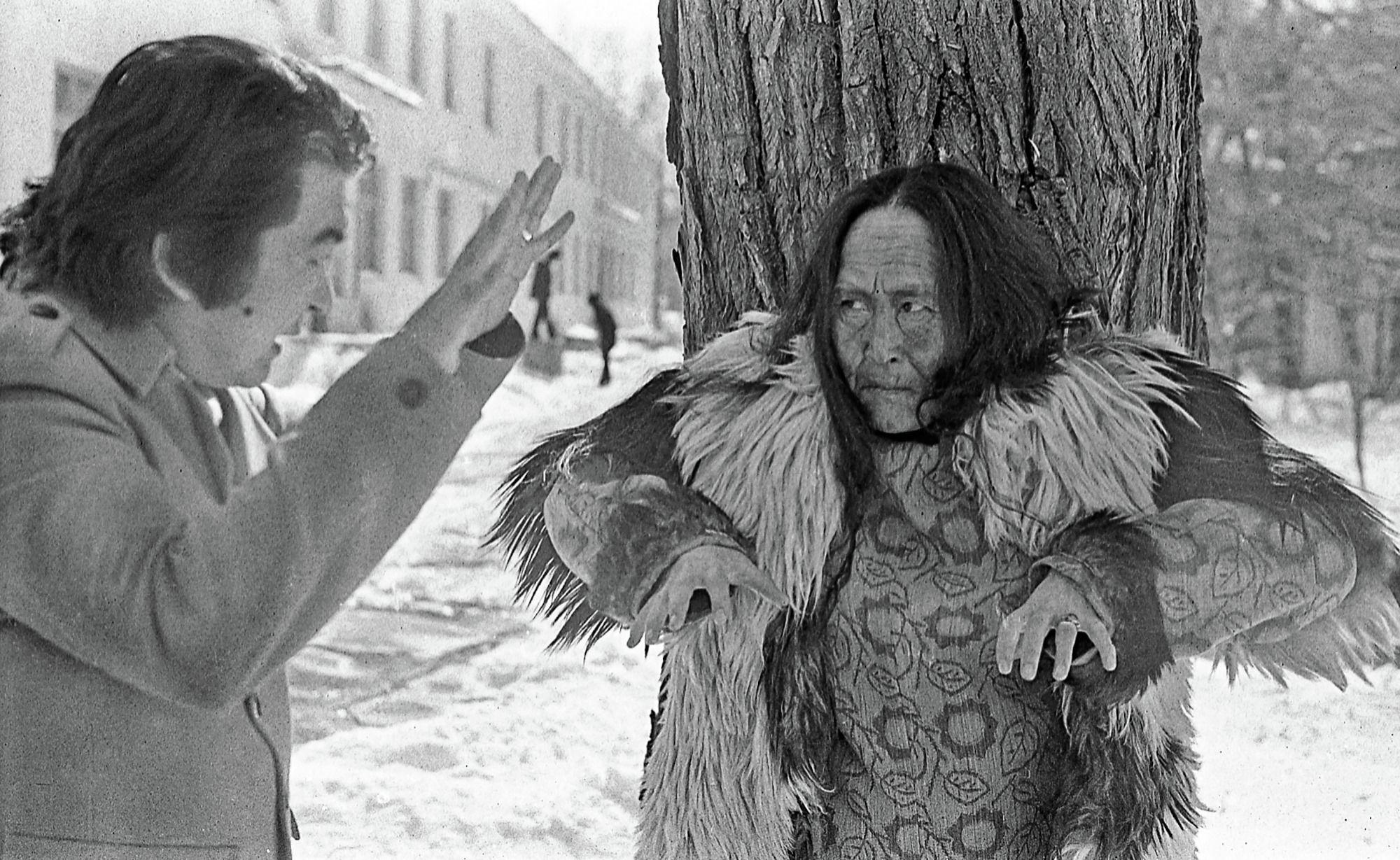 Режиссер Болот Шамшиев и народная актриса СССР Даркул Куйукова на съемках фильма. 1974 год