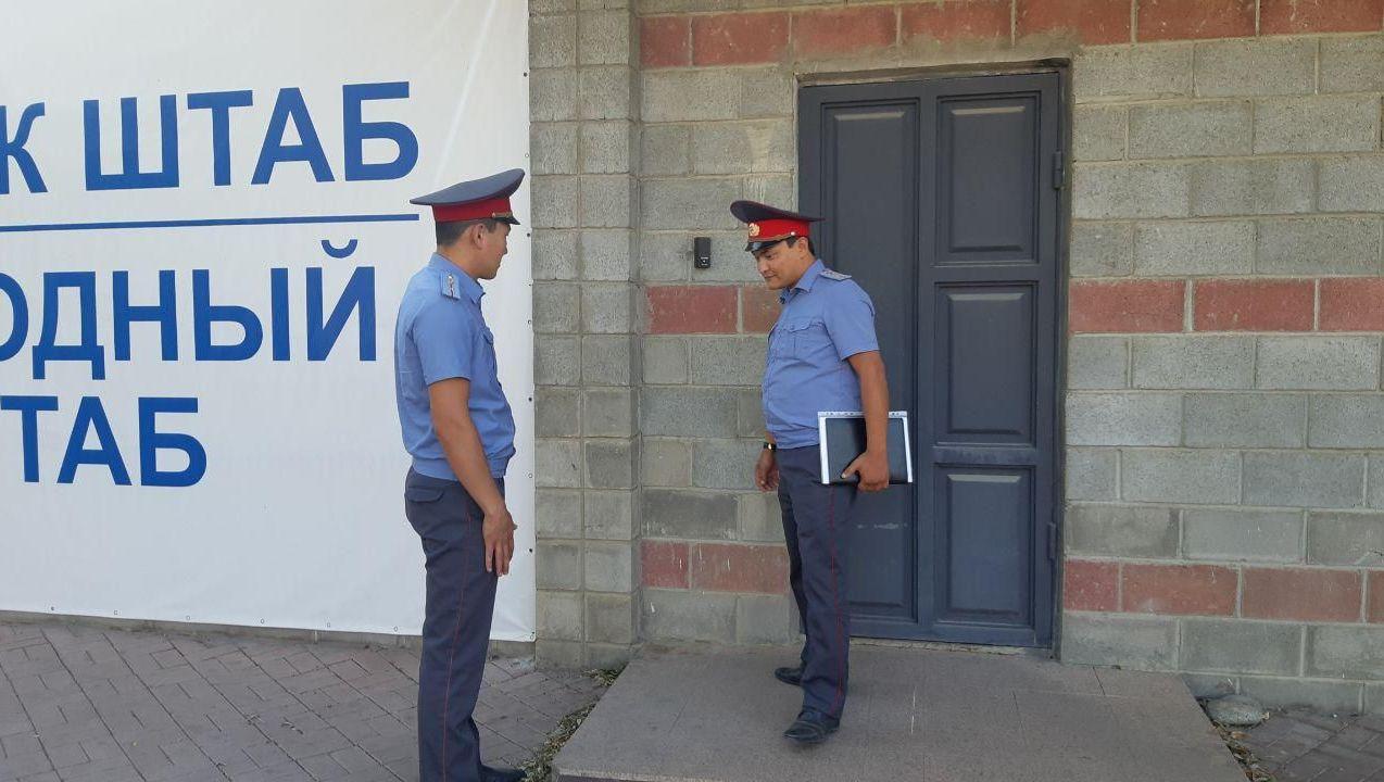 Бывшему президенту Кыргызстана Алмазбеку Атамбаеву милиционеры вручили вторую повестку на допрос. Сегодня, 10 июля, два правоохранителя пришли в дом политика в селе Кой-Таш и передали повестку.