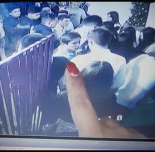 Незадолго до ДТП на Иссык-Куле сын депутата Жогорку Кенеша Алиярбека Абжалиева с друзьями сидел в кафе. Об этом свидетельствуют записи с камеры видеонаблюдения в кафе.