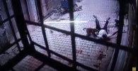 В Индии стая разъяренных обезьян напала на человека около его дома. Видео случившегося попало на камеру наружного наблюдения.