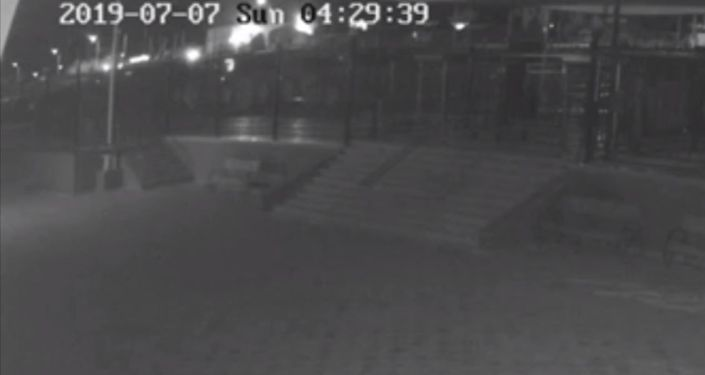 Источники в правоохранительных органах предоставили Sputnik Кыргызстан видеозапись момента ДТП.