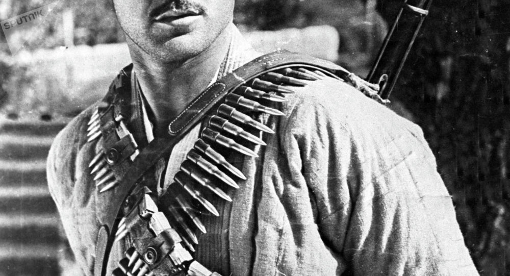 Мужчина с патронами от ружья. Архивное фото