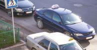 Праворульный автомобиль на улицах города Бишкек. Архивное фото