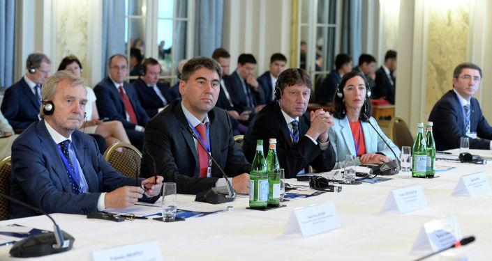 Встреча с представителями крупного бизнеса Швейцарии президента Кыргызской Республики Сооронбая Жээнбекова на в городе Берн. 10 июля 2019 года