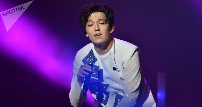 Казахстанский певец Димаш Кудайберген во время выступления