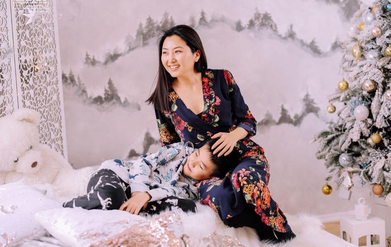 Актриса, блогер и телеведущая Назира Айтбекова с сыном