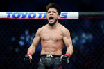 UFC уюмунун эки салмак категориясы боюнча чемпиону, эркек киши Генри Сехудо. Архивдик сүрөт