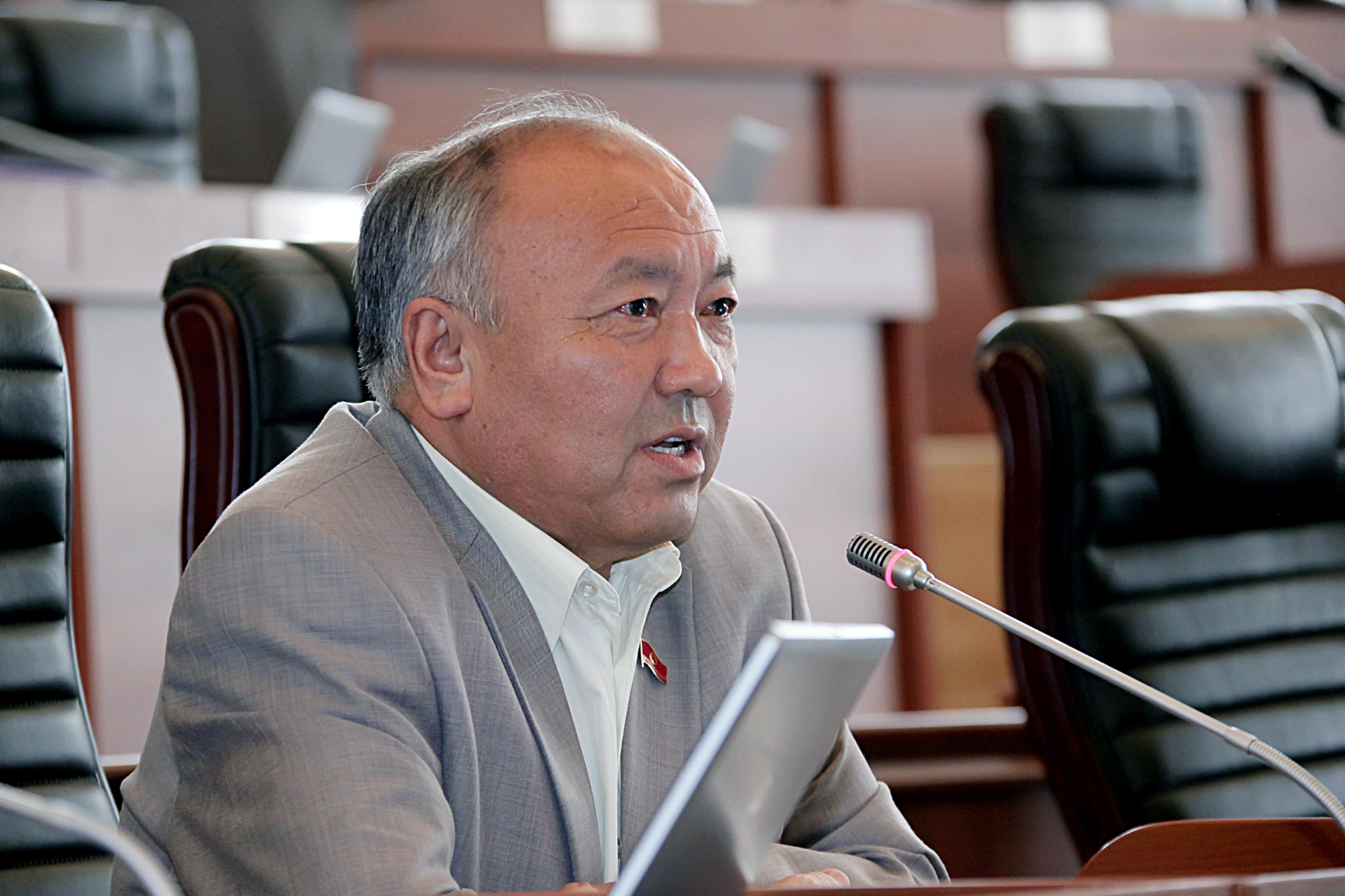 Экс-депутат Жогорку Кенеша от фракции СДПК Жусупали Исаев во время заседания