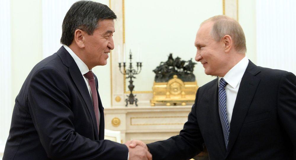Президент КР Сооронбай Жээнбеков и глава РФ Владимир Путин. Архивное фото
