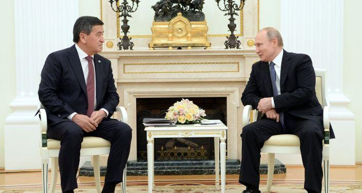 Президент КР Сооронбай Жээнбеков и глава РФ Владимир Путин во время встречи в Москве