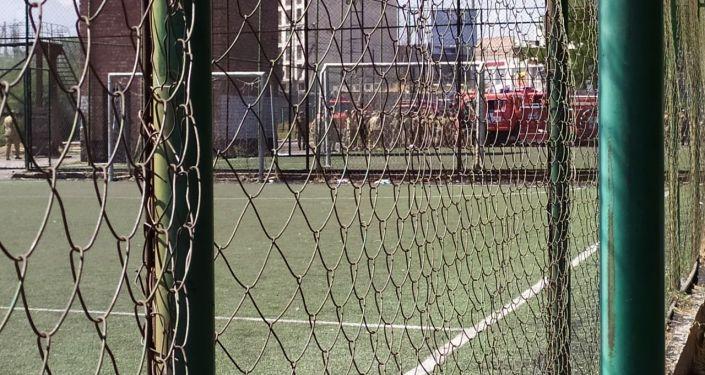 В Бишкеке видны клубы черного дыма, сообщил очевидец по WhatsApp-каналу Sputnik Кыргызстан