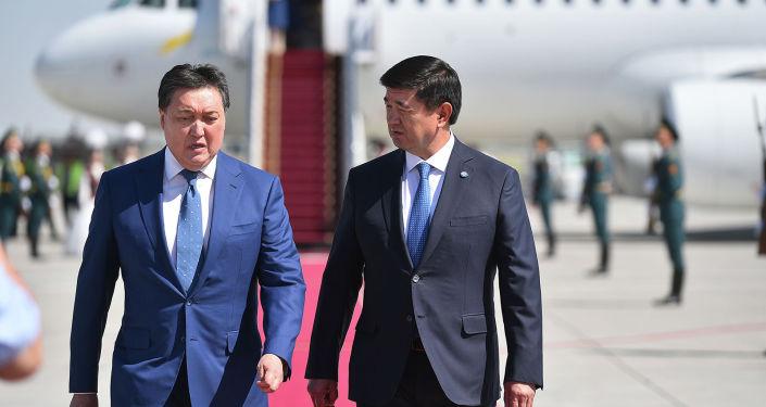 Премьер-министр Кыргызстана Мухаммедкалый Абылгазиев встречает премьер-министра Казахстана Аскара Мамина, прибывшего в КРс официальным визитом