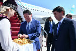 Премьер-министр Казахстана Аскар Мамин прибыл с официальным визитом в Кыргызстан. В аэропорту его встретил глава правительства Мухаммедкалый Абылгазиев.