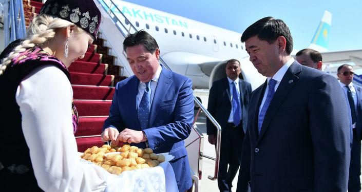 Казакстандын премьер-министри Аскар Мамин Кыргызстанга расмий сапары менен келди.