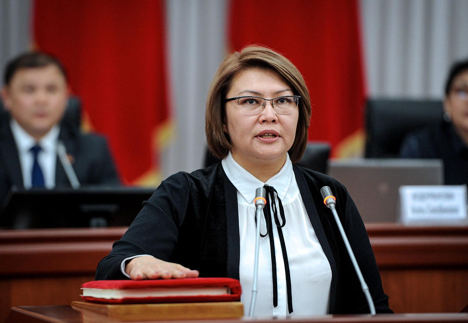 Вице-премьер-министр Алтынай Омурбекова во время присяги