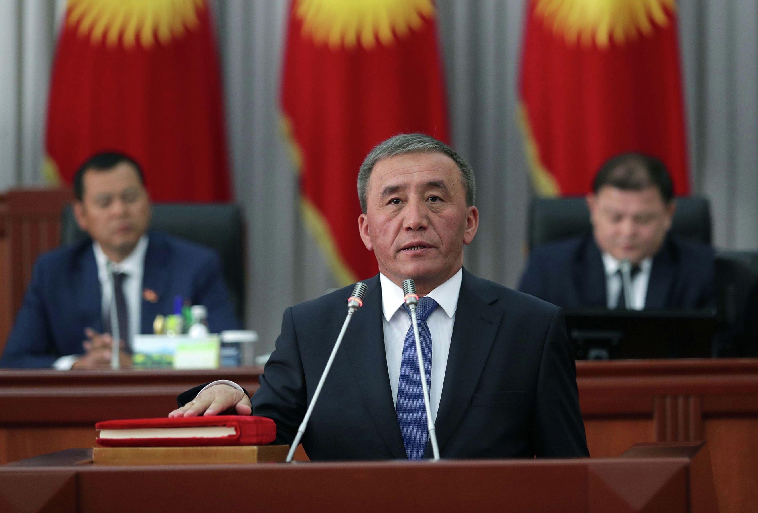 Министр сельского хозяйства, пищевой промышленности и мелиорации Эркинбек Чодуев во время дачи присяги в Жогорку Кенеше