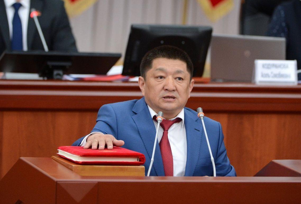 Министр здравоохранения Космосбек Чолпонбаев во время присяги