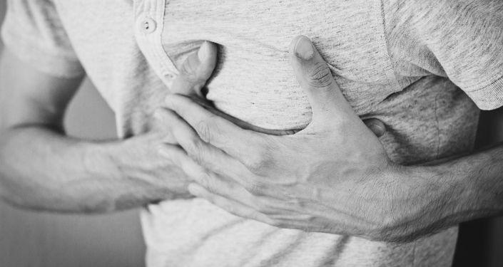 Мужчина держится за грудь от боли. Архивное фото