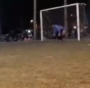 Молодой вратарь отбил назначенный его команде пенальти, но внезапно потерял сознание и упал.