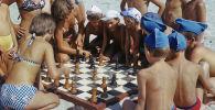 Дети играют в шахматы на пляже. Архивное фото