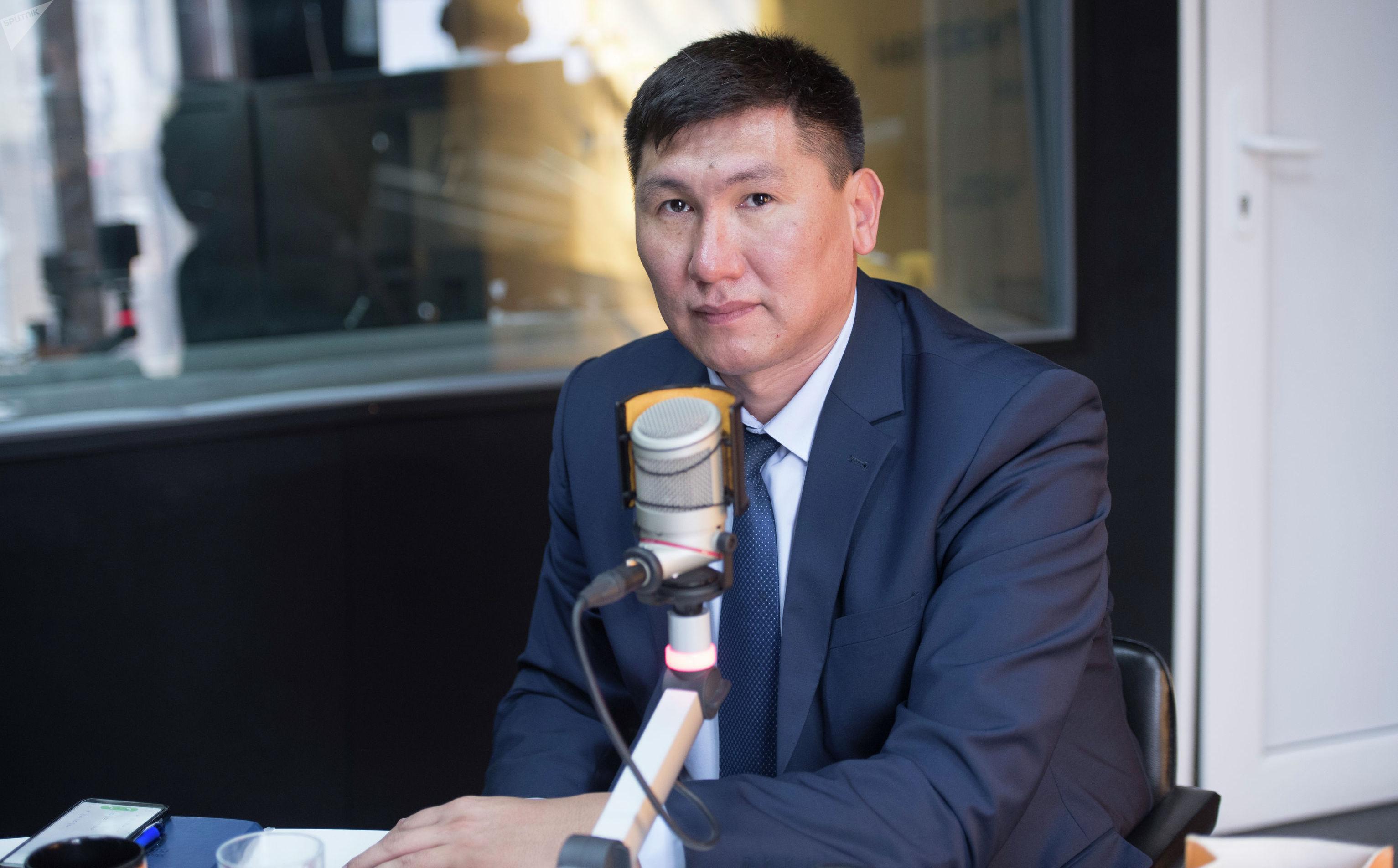 Министр труда и социального развития КР Улукбек Кочкоров во время интервью на радиостудии Sputnik Кыргызстан
