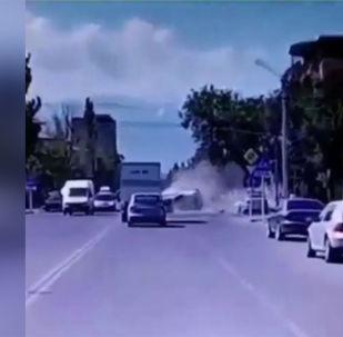 В результате ДТП пострадали два человека. Видео столкновения отправили на на WhatsApp-канал Sputnik Кыргызстан.