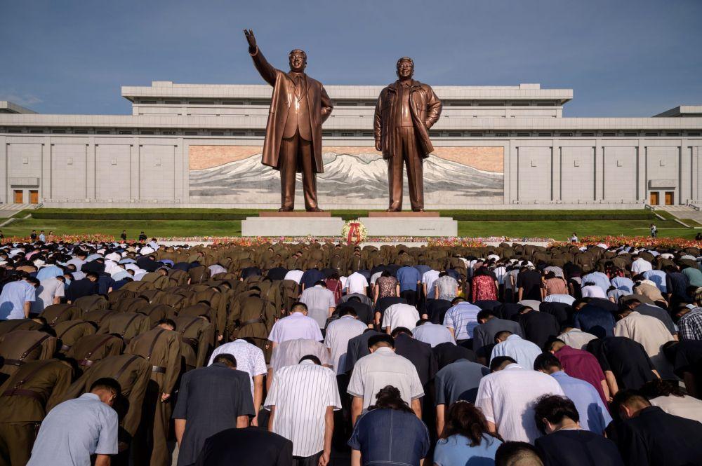 Түндүк Корея калкы эл башчылары Ким Ир Сен менен Ким Чен Ирдин эстелигине сый көрсөтүп турушат. Ким Ир Сендин дүйнөдөн өткөндүгүнүн 25 жыл болгонуна карата өткөн иш-чарада