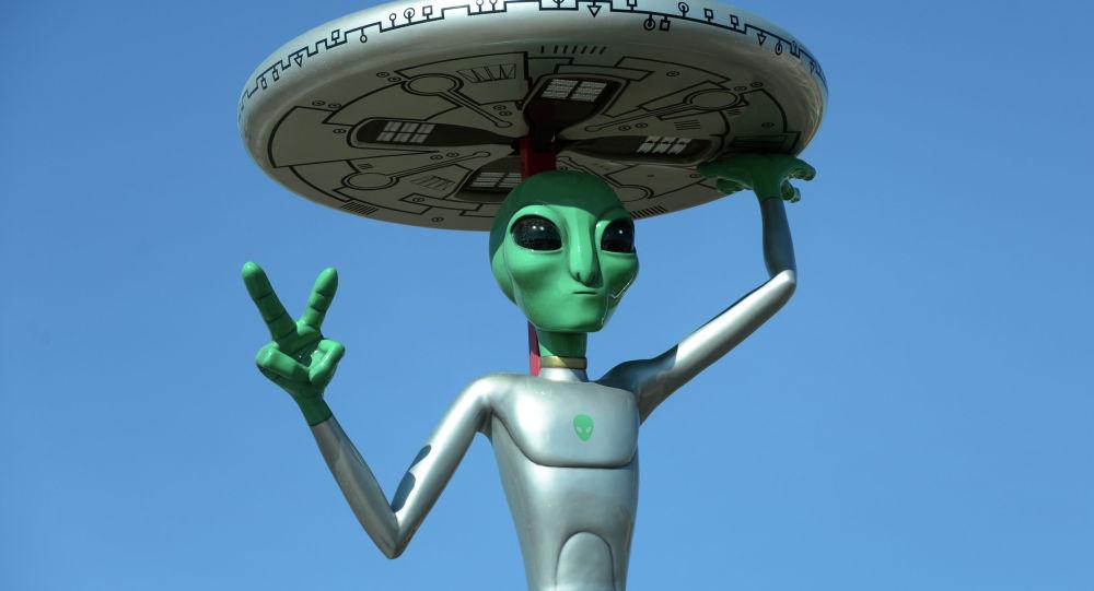 Статуя инопланетянина. Архивно фото