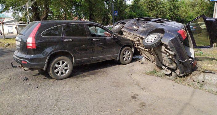 Последствия ДТП на пересечении проспекта Жибек Жолу и улицы Орозбекова в Бишкеке. 13 июля 2019 года