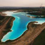 Золоотвал Новосибирской ТЭЦ-5 нынешним летом стал популярным местом среди любителей эффектных фотографий из-за необычного бирюзового цвета воды. Озеро является гидротехническим сооружением, яркие цвета которому придают химические соединения. Вода не является ядовитой или радиоактивной, но имеет высокую щелочную среду.