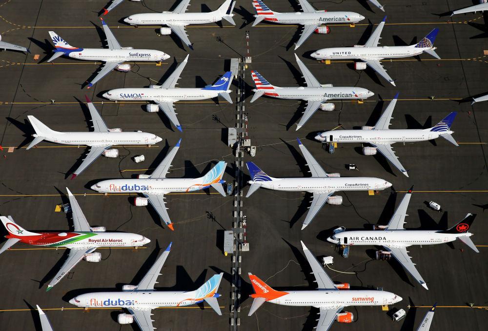 Сиетлдеги (АКШ) Boeing 737 Max үлгүсүндөгү учактар токтоп турат. Анткени аталган үлгүдөгү аба кемелери катышкан эки кырсыкка байланыштуу бир катар өлкөлөр бул техникаларды учурууга тыюу салган.