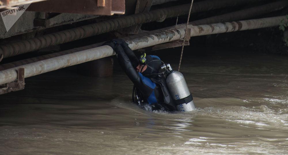 Водолаз во время поисково-спасательных работ. Архивное фото