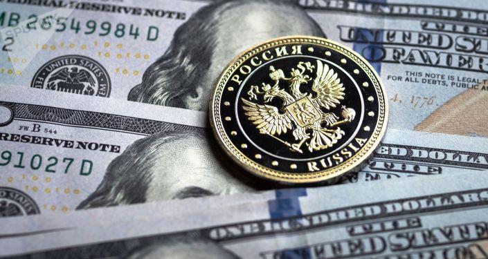 Купюры американских долларов и монета с гербом Российской Федерации.