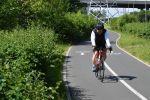 Мужчина катается на велосипеде. Архивное фото