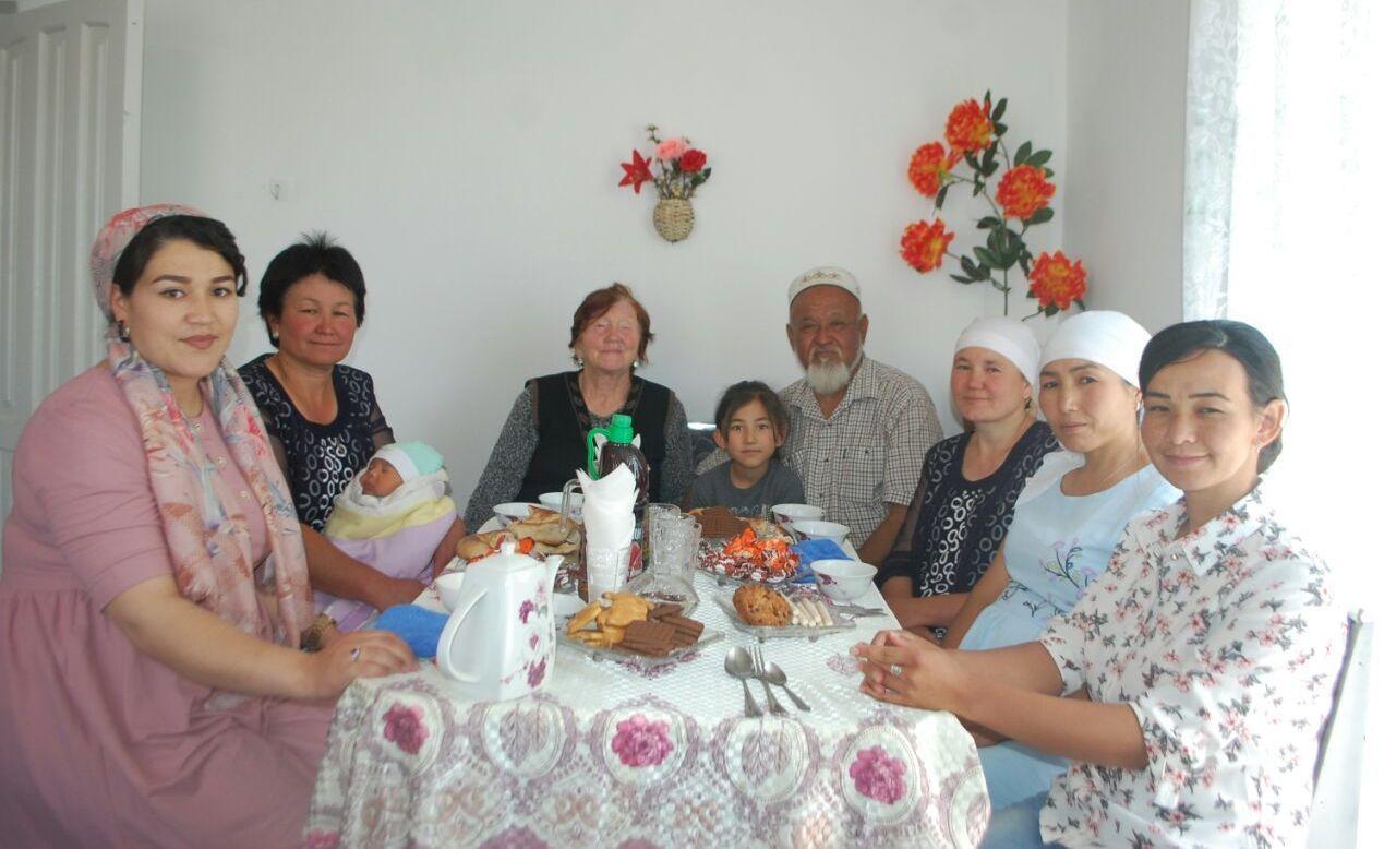 Келинка села Боз-Адыр Баткенской области Любовь Исакова с мужем и родными