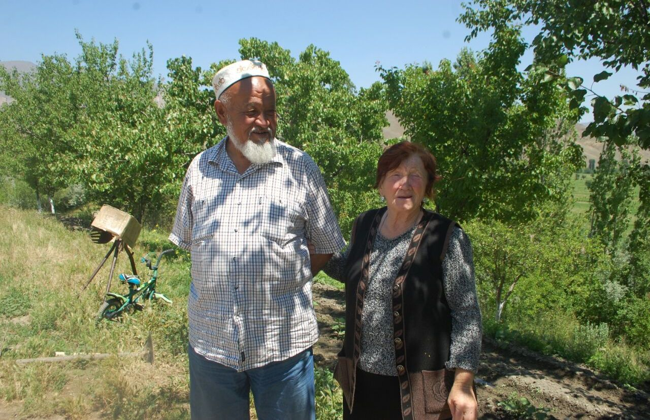 Келинка села Боз-Адыр Баткенской области Любовь Исакова с мужем