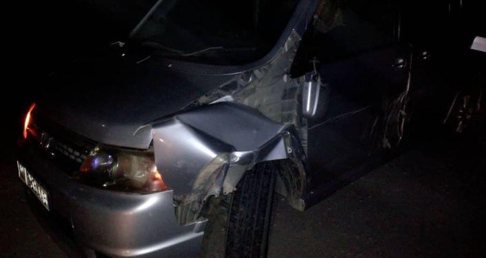 Недалеко от Бишкека грузовой автомобиль Howo протаранил шесть проезжающих машин и скрылсяБишкекке жакын жерден Howo үлгүсүндөгү автоунаанын айдоочусу жол жээгинде токтоп турган алты автоунааны каптал жагынан сүрдүрүп кетти
