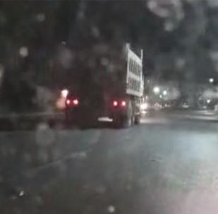 Очевидцы снимали грузовик на видео и ехали за ним, сообщив по пути стоявшему на обочине экипажу УОБДД о произошедшем.