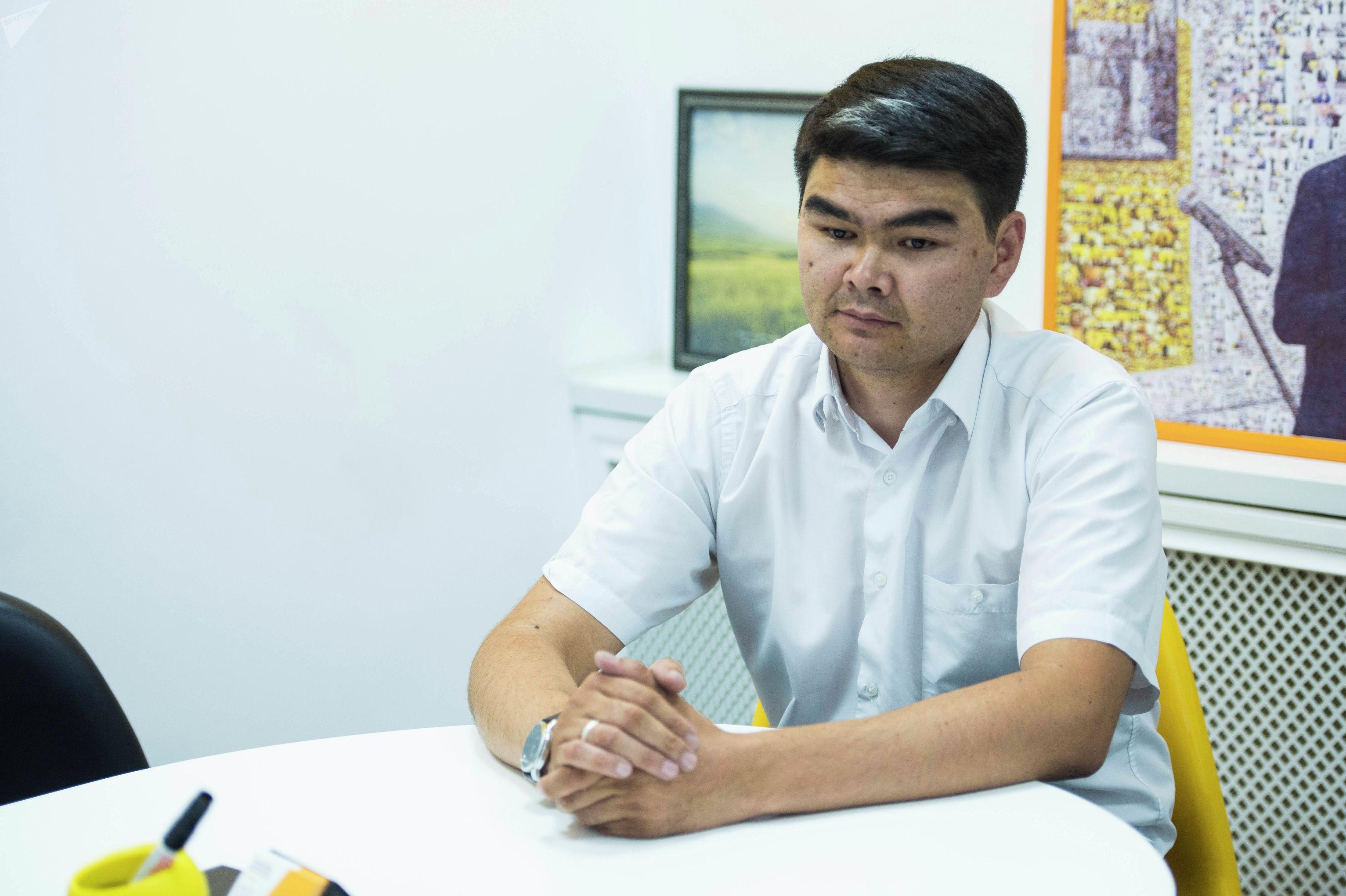 Работник МП Бишкекские парковки и стоянки Уларбек Сыдыкбеков во время беседы