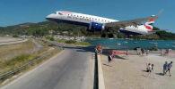 В Греции любители экстремального селфи чудом увернулись от пролетающего самолета. Видео инцидента было опубликовано на сайте YouTube пользователем Cargospotte.