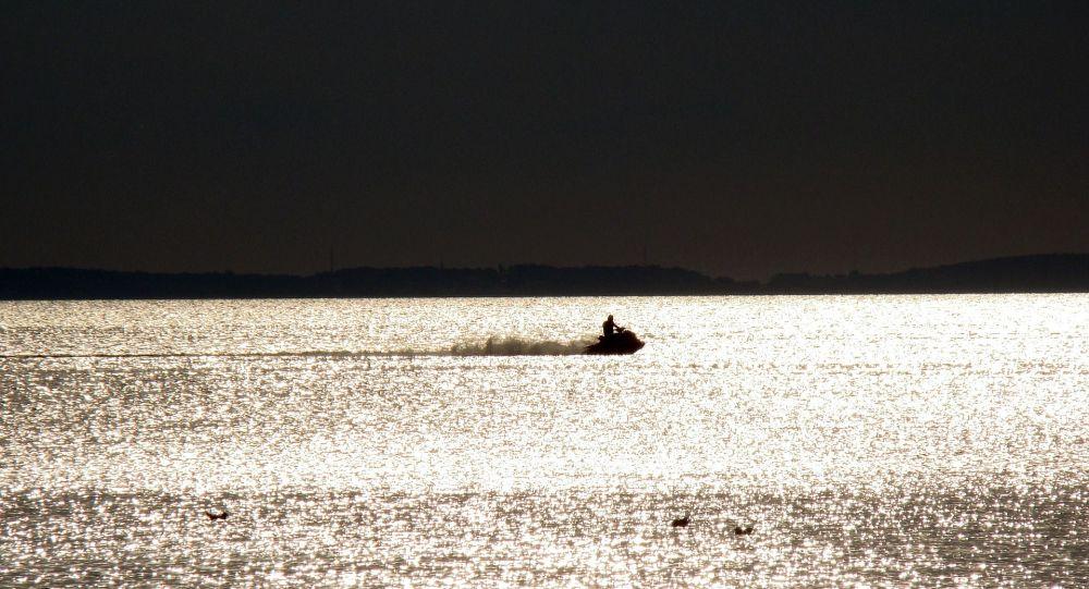Человек катается на водном скутере