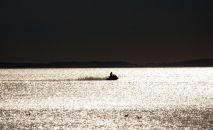 Человек катается на водном скутере. Архивное фото