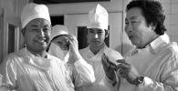 Атактуу хирург Мамбет Мамакеев, белгилүү режиссер Төлөмүш Океев жана дарыгерлердин сүрөтү 1980-жылы Фрунзе (азыркы Бишкек) шаарында тартылган